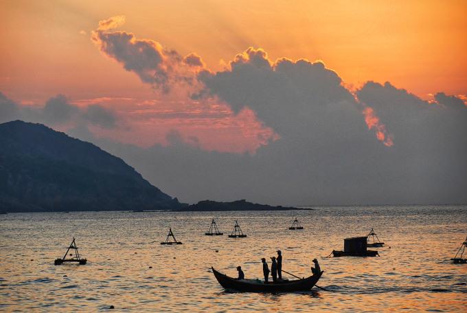 Bangkok Post từng có bài phân tích, hầu hết các kỳ nghỉ ở biển nhiệt đới đều theo công thức gồm các chữ tiếng Anh bắt đầu bằng S là Sun (mặt trời), Sand (bãi cát) và Sea (biển). Thế nhưng, Quy Nhơn của Việt Nam còn có thêm một chữ S quan trọng khác, đó là Serenity (sự thanh bình). Ảnh; Sanitsuda Ekachai.