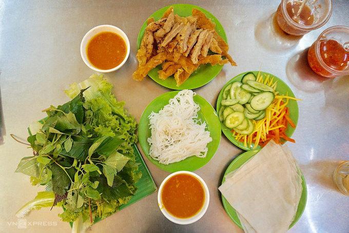Món nem nướng Nha Trang tại Sài Gòn. Ảnh: Bảo Ngân