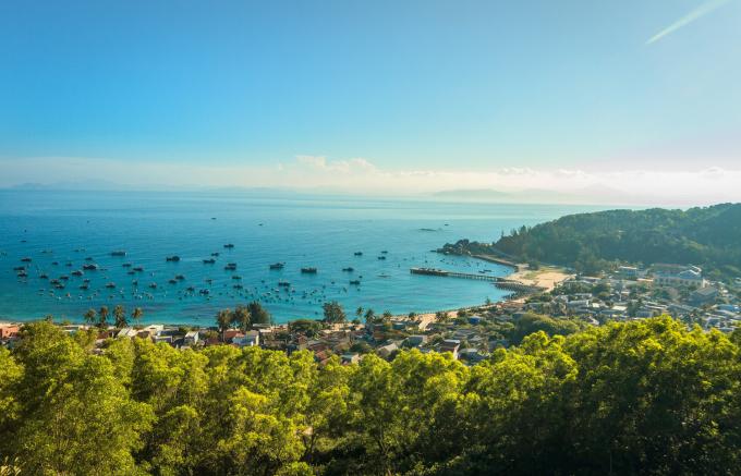 Cũng trong năm 2019, Culture Trip, trang báo du lịch Anh cũng chọn Quy Nhơn là một trong những địa điểm cắm trại lý tưởng nhất ở Việt Nam. Trong đó, khu dã ngoại Trung Lương và Cù Lao Xanh là hai lựa chọn tiêu biểu. Cù Lao Xanh là hòn đảo nhỏ ở Quy Nhơn, bao quanh bởi màu nước ngọc lam trong vắt với thảm thực vật rậm rạp. Ngoài cắm trại, ở đây còn nhiều hoạt động ngoài trời thú vị như lặn biển, bơi lội, nướng BBQ trên bãi biển và tắm nắng. Ảnh: Nguyễn Tiến Trình.