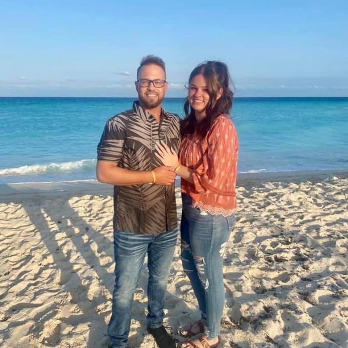Hewet (trái) vừa cầu hôn Cooper trên bãi biển vài ngày trước khi tai nạn xảy ra. Ảnh: Harley Cooper