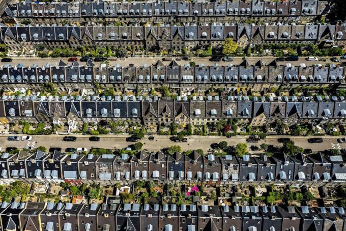 Kartoffelrækkerne được xây dựng từ năm 1870 đến 1880, bởi Hiệp hội Công nhân Xây dựng, nhằm cung cấp chỗ ở rẻ và sạch sẽ cho người lao động. Vào cuối thế kỷ 19, quá trình công nghiệp hóa tại Đan Mạch phát triển và người dân bắt đầu di chuyển từ các vùng quê lên thành phố. Do đó, lượng người ở trong các ngôi nhà cũng dần tăng lên, ảnh hưởng đến an toàn với sức khỏe của cư dân. Vì vậy, thành phố quyết định mở rộng các tòa nhà mới, và một trong số đó ngày nay chính là ở Kartoffelrækkerne với gần 500 nóc nhà. Ảnh: Droneklik/Flickr