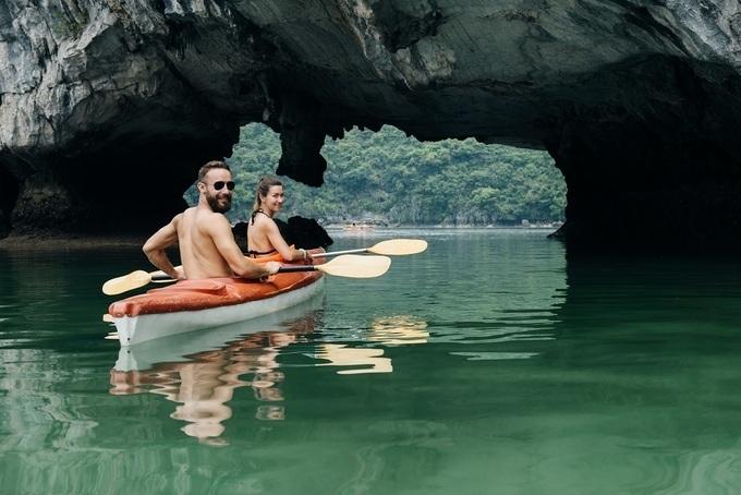 khám phá vịnh Hạ Long bạn còn được tham gia nhiều hoạt động hấp dẫn như chèo kayak, leo núi mạo hiểm, thám hiểm hang động,...