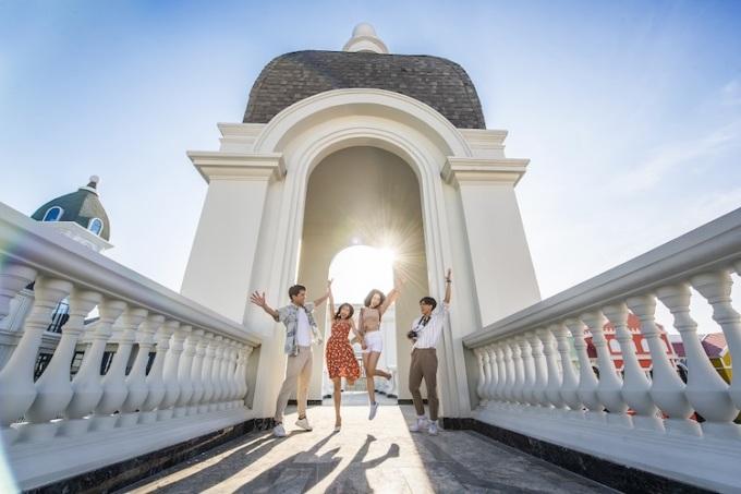 Với quy mô 1.000ha, quần thể Phú Quốc United Center sở hữu hàng nghìn hạng mục vui chơi giải trí, hệ sinh thái nghỉ dưỡng, mua sắm. Đếnđây , du khách đừng quên trải nghiệm đón bình minh và hoàng hôn trên những công trình kỳ vĩ. Đây sẽ là khung cảnh thích hợp cho ra đời những bức ảnh đẹp mắt và đáng nhớ.