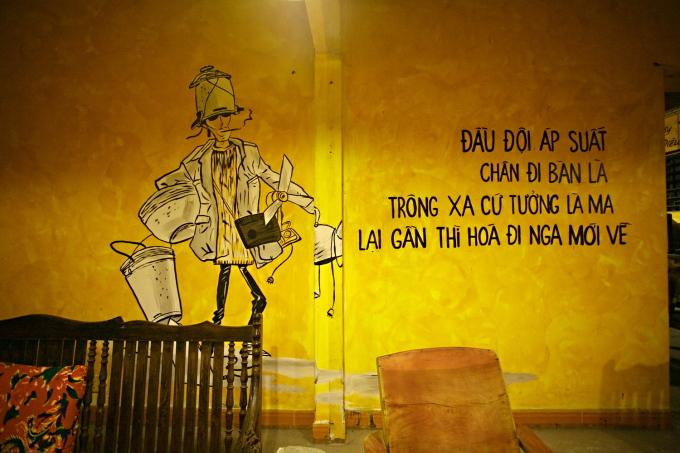 Trên những bức tường trong quán có nhiều câu khẩu ngữ thú vị của thời đó như: Đầu đội áp suất, chân đi bàn là/ Trông xa cứ tưởng là ma/ Lại gần thì hóa đi Nga mới về, hay Làm trai cho đáng nên trai/ Có Pha-vơ-rít có đài dắt lưng.