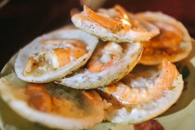 Khi ăn bánh căn bạn nên gọi thêm đĩa xoài sống, xoài Cam Ranh với vị chua đặc trưng của trái cây xứ cát. Ảnh: Hải Trình