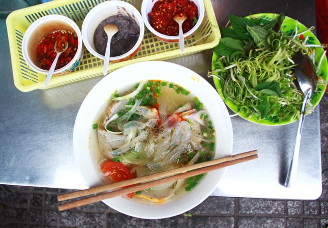 Tô bún chả cá đúng điệu thường có phần nước dùng rất trong với vị thanh ngọt được nấu lọc từ cá liệt, cá bò và vị chua nhẹ của cà chua, thơm. Ảnh: Đức Thành