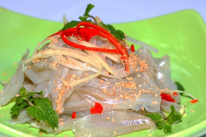 Hầu như nhà hàng hải sản hay quán ăn bình dân chuyên bán đồ biển nào ở Nha Trang cũng có gỏi cá mai. Bạn có thể thử tại các quán hải sản trên đường Ngô Sĩ Liên, Tháp Bà hay đường Hai Tháng Tư. Ảnh: Nguyễn Bình