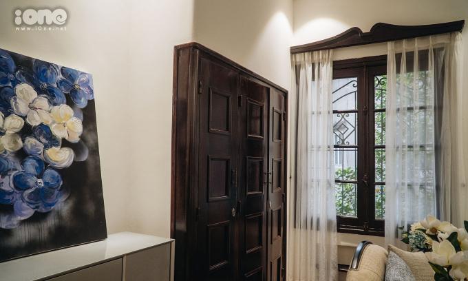 Bên trong dinh thự được chia 3 - 5 phòng mỗi tầng, các phòng đều có lò sưởi, tủ âm tường bằng gỗ, tường xây dày đảm bảo mát vào mùa hè, ấm vào mùa đông. Theo anh Hải, từ xưa nhà có cả thang máy đưa đồ ăn từ bếp lên phòng ăn, hệ thống cửa sổ, cửa ra vào dùng bản lề, thanh ray trượt đến nay vẫn hoạt động trơn tru.