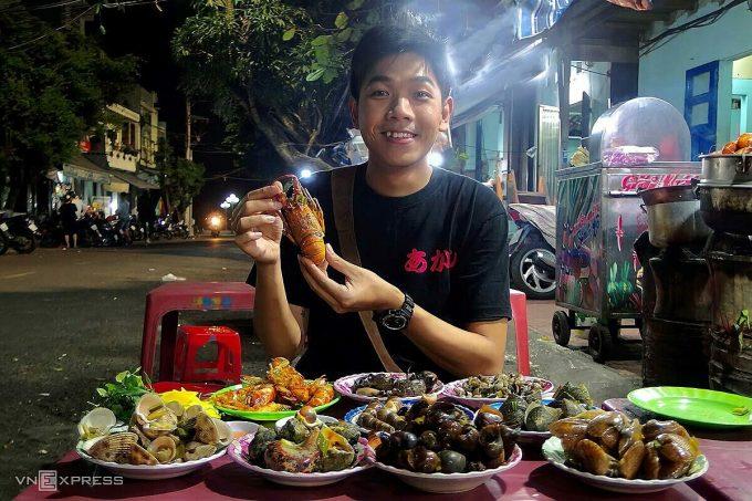 Phố Ngọc Hân Công Chúa bày bán đa dạng món hải sản với giá bình dân. Ảnh: Tâm Linh