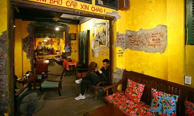 Bên trong các căn hộ đã làm thông các phòng, tạo không gian xuyên suốt từ ngoài vào. Những bức tường được sơn màu vàng, tạo các mảng gạch trần loang lổ tạo vẻ xưa cũ.