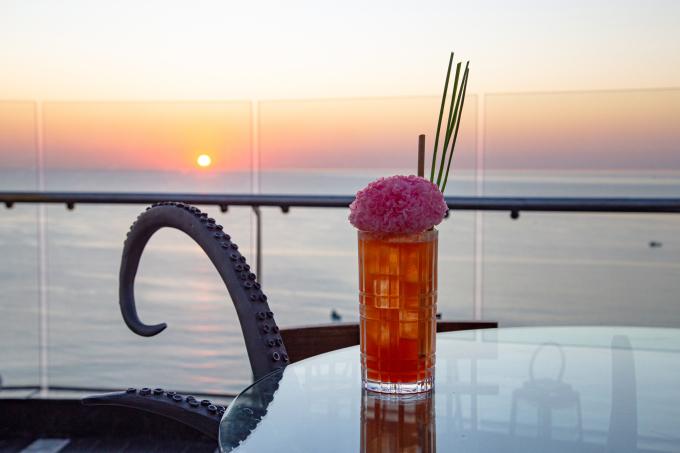 Cocktail Coral Mule và INK 360 trong một chiều hoàng hôn tím.