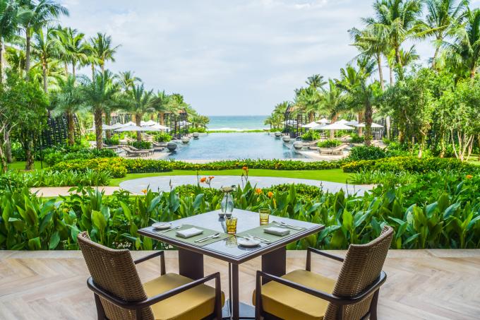 Sora & Umi nằm trên tầng hai của InterContinental Phu Quoc Long Beach Resort có tầm nhìn hướng vườn và hai hồ bơi vô cực dẫn thẳng ra biển.