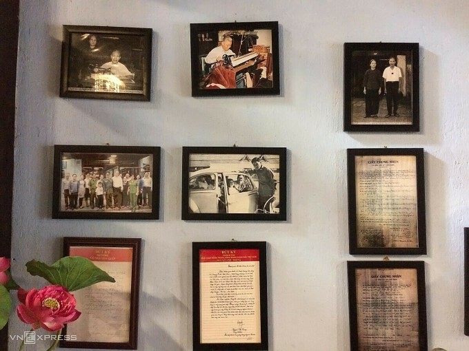 Những kỷ niệm của gia đình ông bà Đỗ Miễn được trưng bày trong không gian quán. Ảnh: Huỳnh Nhi