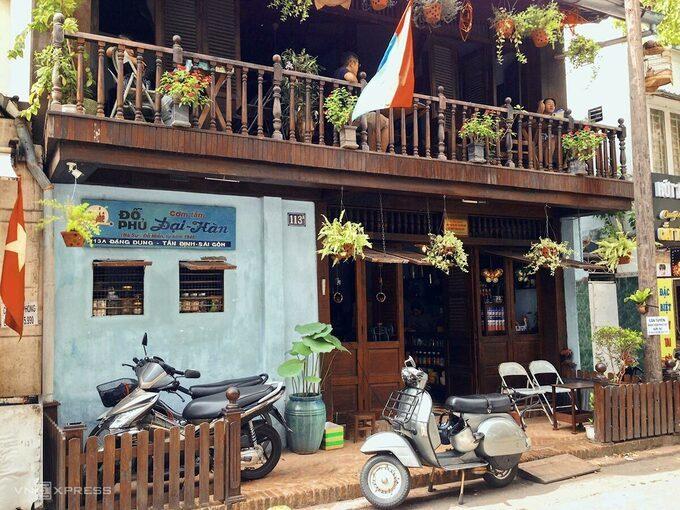 Quán cà phê là ngôi nhà cổ, nơi hoạt động của biệt động Sài Gòn với những hầm bí mật, vật dụng của một thời kháng chiến vẫn còn nguyên. Ảnh: Tâm Linh