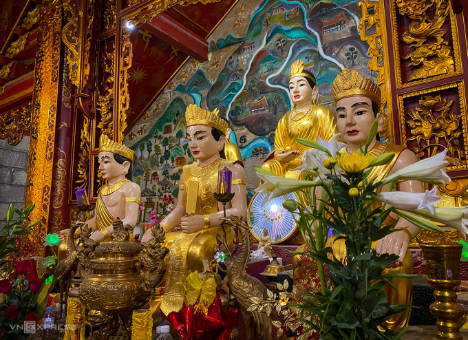 Gian thờ trong hậu cung có 6 pho tượng dát vàng, chính giữa là tượng Thủy Tổ Quốc Mẫu cao 1,67 m, bên cạnh là Thủy Tinh và Bạch Hoa công chúa. Bên dưới Người là 3 pho tượng Cự Linh Lang, Ất Linh Lang, Linh Thông Thủy. Ảnh: Trung Nghĩa