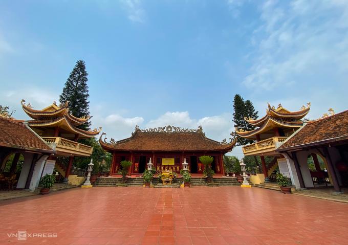 Ngôi đền có sân rộng, kiến trúc hình chữ Đinh. Trên mái có trang trí họa tiết trống đồng, rồng thần. Ảnh: Trung Nghĩa