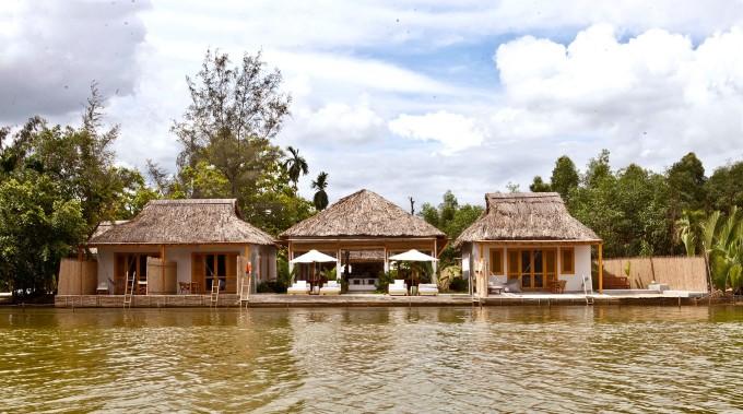 Chi-Bu Vietnam tọa lạc bên bờ sông Ông Kèo (Nhơn Trạch, Đồng Nai), cách Sài Gòn 2 tiếng đi xe máy. Resort không quá đa dạng về các dịch vụ, tiện ích ngoài hồ ngâm nước ngọt, nhà hàng ven sông. Bên cạnh đó, tại đây có các hoạt động thể thao dưới nước như chèo SUP, cách sân golf Jeongson 20 phút đi xe và cách công viên nước Bọ Cạp Vàng 5 phút.