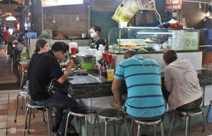 The seats at the restaurant can serve about more than 10 people, if you choose to buy to bring, the owner of the restaurant will add 3,000 VND per noodle.  Photo: Huynh Nhi