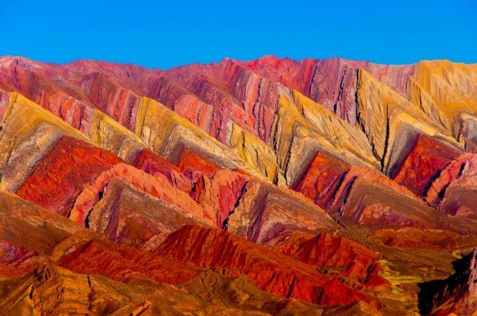 Dãy núi Serrania de Hornocal, ArgentinaDãy núi còn được biết đến với cái tên Ngọn đồi 14 sắc màu. Để có thể chiêm ngưỡng, du khách cần lái xe cẩn thận theo con đường chạy dọc những đỉnh núi này. Người lái xe dễ bị phân tâm bởi đường đi có nhiều lối rẽ. Điều cần làm khi tham quan nơi đây là tài xế cần tập trung đi đến đài quan sát ở cuối đường, nơi có thể quan sát trọn vẹn 14 đỉnh núi. Dãy núi có độ cao khoảng hơn 4.000 m. Ảnh: Shutterstock