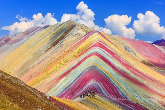 Núi Cầu Vồng, PeruĐây là ngọn núi cầu vồng nổi tiếng nhất trên thế giới và là một trong những biểu tượng du lịch của xứ sở Inca. Tên của nó là Montaña de Siete Colores, nghĩa là Núi bảy sắc cầu vồng. Đúng như tên gọi của mình, ngọn núi cao 5.200 m này có 7 màu sắc. Vào dịp cao điểm, nơi đây thu hút gần 1.500 lượt khách mỗi ngày. Những tháng hè ấm áp giúp làm tan băng tuyết từ mùa đông và những dải màu ấn tượng hiện ra. Du khách muốn nhìn thấy cảnh tượng này cần là một người có kinh nghiệm leo núi ,do quãng đường để lên tới đây khá khó khăn, có thể mất tới 6 ngày và cần sự trợ giúp của hướng dẫn viên địa phương. Ảnh: Shutterstock