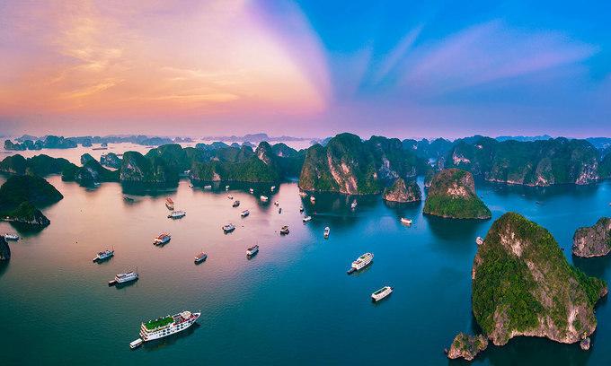 Hạ Long xuất hiện trong danh sách ở vị trí thứ 9, thể hiện Island hopping (lượn đảo) đang trở thành xu hướng của du khách Việt. Trên những du thuyền, du khách có thể ngắm nhìn những dãy núi đá vôi nằm rải rác trên đại dương tại Di sản UNESCO Vịnh Hạ Long. Nơi đây cũng mang đến cho du khách cơ hội tham gia các hoạt động đầy năng lượng như chèo thuyền kayak, đi bộ đường dài, chèo thuyền, lặn biển và tiệc nướng trên bãi biển. Ảnh: Shutterstock/Andy Tran