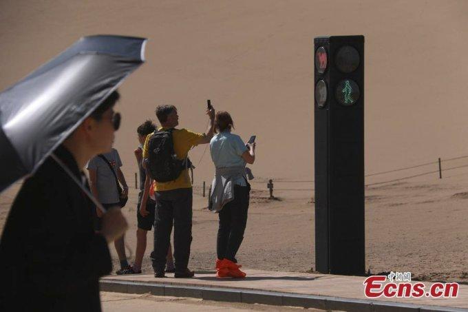 Cột đèn này nhanh chóng trở thành địa điểm thu hút nhiều du khách chụp ảnh, check-in. Ảnh: Ecns