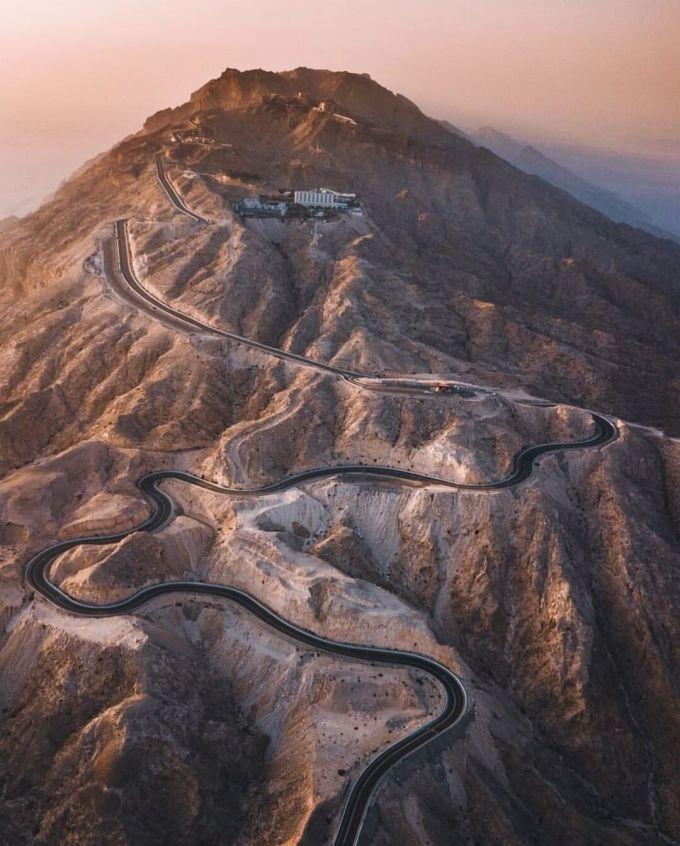 Jebel Hafeet, UAE (11,2 km, 3025 ảnh/km)Cung đường này tuy không dài nhưng khung cảnh đẹp không kém những nơi khác. Cả chặng đường ngoằn ngoèo ôm lấy vùng núi đã rất cuốn hút thì tới cuối đường là một cung điện - cũng là một điểm dừng hấp dẫn.