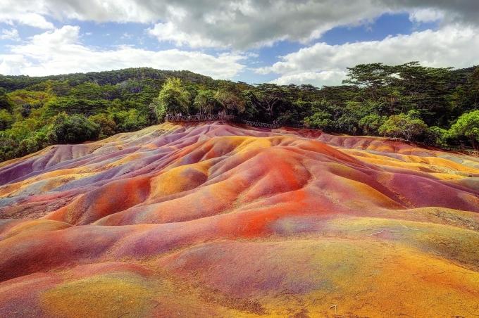 7 mảnh đất màu, MauritiusĐây là một hệ tầng địa chất dạng cồn cát trên một ngọn núi. Cồn cát được hình thành từ núi lửa, mang màu đỏ, lục, lam, nâu, vàng, tím, phụ thuộc vào thời điểm mặt trời chiếu sáng trong ngày. Điểm kỳ lạ của nơi này là cát không bị xói mòn, bất chấp những trận mưa lớn và thường xuyên của Mauritius. Ảnh: Reddit