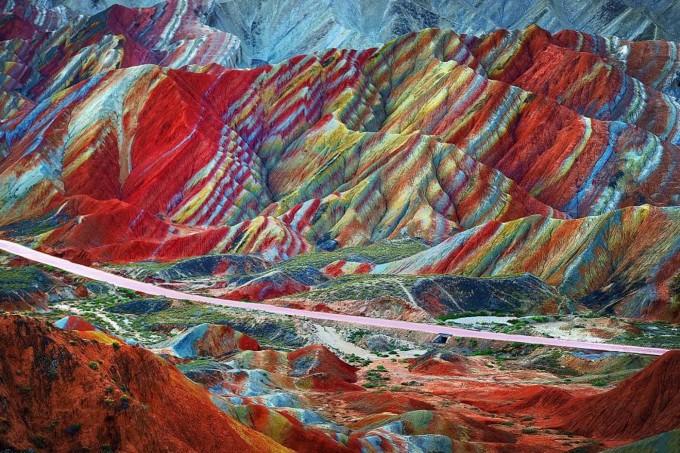 Công viên địa chất Quốc gia Zhangye, Trung Quốc Không chỉ là công viên quốc gia được UNESCO công nhận, đây còn là một trong những địa điểm du lịch đẹp nhất tại Trung Quốc. Những dải màu sắc trải dài khoảng 300 km in trên những lớp đá hàng thế kỷ, ước tính tồn tại trước khi dãy Himalaya hình thành. Sau khi các mảng kiến tạo trong khu vực va chạm, phần địa chất được nâng lên một tầng cao hơn, lộ ra các dải màu sắc ẩn dưới lòng đất. Ảnh: Xin Ran/Amazing Places