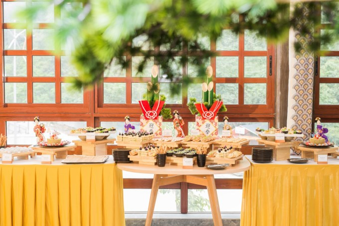 Customers enjoy sushi and traditional Japanese cakes.  The dining space is ornate in an elegant landscape, beside the doorways with a full view of Quang Hanh mountain and forest.