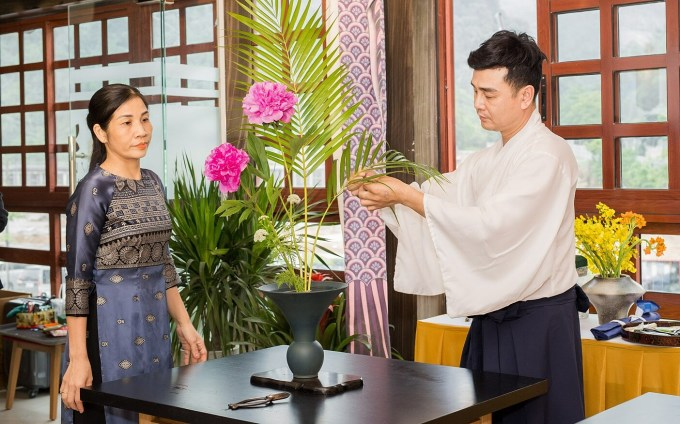 Artists performing the Ikebana flower arrangement, a long-standing art form in the land of the rising sun.  According to Ikebana art, flowers are arranged in harmony with the color and decoration of the room, the vase ... symbolizing heaven, earth, human (heaven, earth, human).
