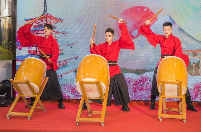 In addition to the activities, the program also features skilled Taiko drum dance performances.  This drum type is often used for a variety of purposes depending on the era, from communications, military activities, accompaniment to theater or religious ceremonies or performances.