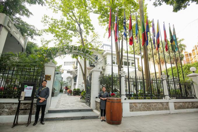 Lý Club nằm trên con phố Lê Phụng Hiểu gây ấn tượng với lối kiến trúc hiện đại, cổ kính.