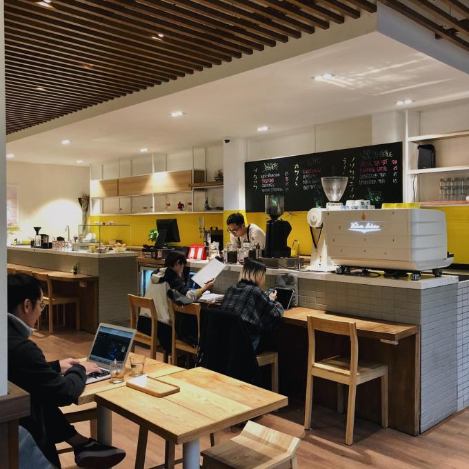 Atelier Quán cà phê có không gian hiện đại mang phong cách Nhật Bản, với tông màu trắng-vàng chủ đạo. Ngoài hiên quán, bên trong sắp xếp bàn ghế khoa học để thực khách có góc ngồi rộng rãi dù một tầng. Thực đơn đa dạng từ các loại cà phê Việt Nam, cà phê rang xay đến trà, sử dụng nguyên liệu của xứ mặt trời mọc như matcha, hoa sakura... Mức giá trung bình khoảng 45.000 - 120.000 đồng. Quán nằm ở 65 Tôn Thất Thiệp, mở cửa từ 8h-22h. Ảnh: Atelier Coffee Roasted.