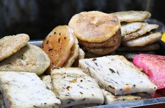 Bánh hẹ được làm từ bột gạo và lá hẹ cắt khúc, bánh có hình tròn dẹp hoặc vuông. Người Hoa lấy bột gạo pha nước sôi, dùng tay nhồi cho đến khi bột dẻo, dai và mịn, lá hẹ cắt khúc, trộn chung với bột gạo đem hấp chín. Khi ăn thì chiên giòn trên chảo nóng. Ngày nay nhiều người biến tấu bánh với phần nhân là củ cải, củ sắn thái sợi với thịt nạc. Ảnh: Yến Nhi
