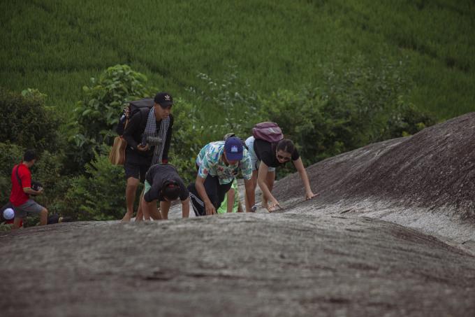 Người địa phương có thể leo lên vách núi dốc thuần thục, những người chưa quen có thể phải dùng dây hỗ trợ. Ảnh: Thanh Hằng