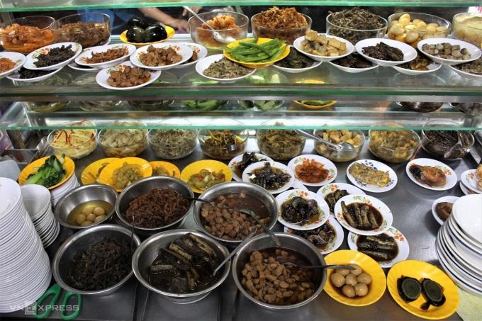 Các món ăn được bày trong tủ kính, chia sẵn phần nhỏ theo các dĩa, khách gọi món là được phục vụ nhanh chóng. Ảnh: Huỳnh Nhi