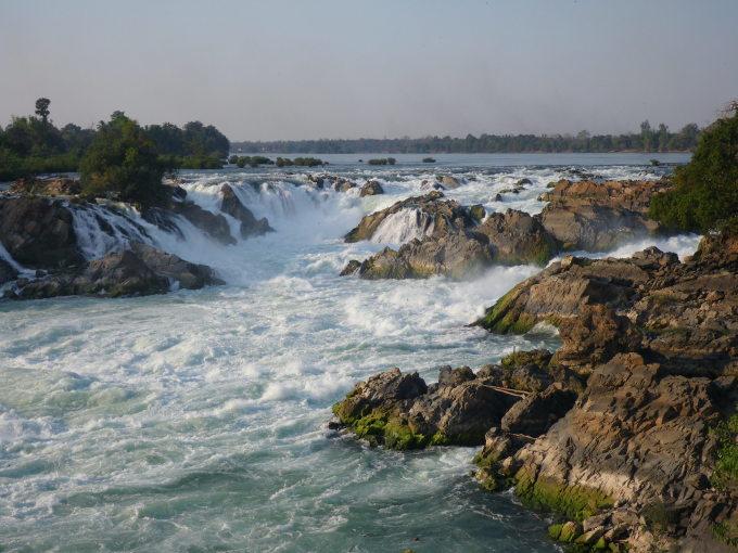Lào cũng sở hữu thác nước rộng nhất thế giới Khone Phapheng với chiều rộng 10.783 m, trải dài khoảng  9,6 km dọc theo dòng Mekong. Nó còn là thác nước lớn nhất Đông Nam Á tính về lưu lượng (trung bình 11.610 m3/s, và mức kỷ lục là 49.000 m3/s). Thác nước này còn được mệnh danh là Niagara của phương Đông. Ảnh: Hiroo Yamagata/WikiCommons