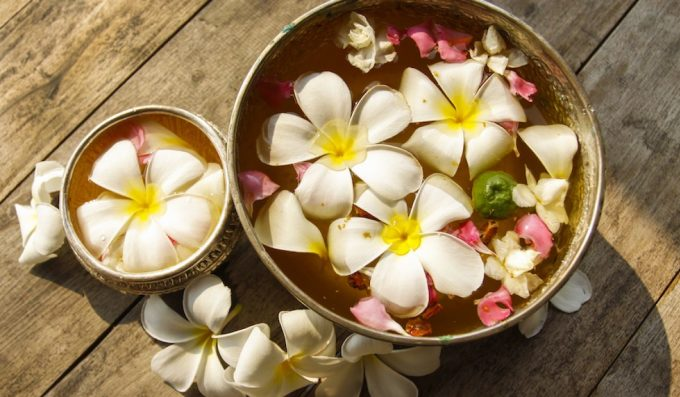 Dok Champa, hay còn gọi là hoa sứ, hoa đại, được coi là quốc hoa của Lào. Loài hoa này hội tụ đầy đủ ý nghĩa triết học nhân sinh, đại diện cho tính cách đôn hậu, hiền hòa, chân thành của người dân và niềm vui trong cuộc sống... Hoa sứ được trồng ở khắp nơi, đặc biệt trong các đền thờ và tu viện. Ngoài dùng trong nghi lễ, người dân còn tặng vòng hoa sứ cho khách như một cách chào đón nồng hậu.Loài hoa này có hương thơm ngọt ngào như thiên đường, luôn nhắc nhở chúng ta về những đêm lãng mạn ở Lào, blogger du lịch người Pháp Sebastien Chaneac viết. Loài hoa này cũng tượng trưng cho sự may mắn, nên nhiều doanh nghiệp ở xứ sở triệu voi cũng lấy tên Dok Champa. Ảnh: Champa Meuanglao