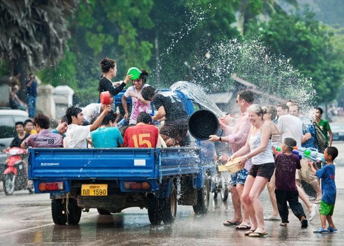Trong ấn tượng của nhiều khách phương Tây, người địa phương vô cùng thân thiện. Dù đến bất kỳ nơi đâu, khách du lịch đều được mọi người tiếp đón với gương mặt rạng rỡ. Trên ảnh là lễ hội té nước của người Lào trong dịp mừng năm mới, ai bị ướt càng nhiều sẽ càng hạnh phúc. Ảnh: Adventure Laos