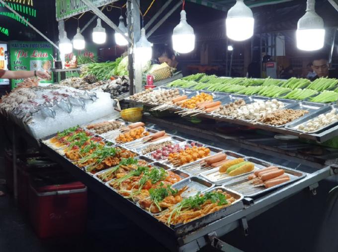 Chợ đêm Trần Phú nằm trên con đường nối dài từ Công viên sông Hậu tới đường Trần Phú, là một trong những ngôi chợ đêm lớn nhất TP Cần Thơ. Đoạn đường xuyên chợ dài 900 m, có hơn 100 gian hàng, được sắp xếp theo khu giải khát, quán cà phê, khu ẩm thực hải sản tươi sống và các gian hàng đồ ăn nhanh, trái cây hoa quả. Các sạp hải sản ở chợ được người bán lấy từ đảo Phú Quốc, tỉnh Kiên Giang mang về TP Cần Thơ bán cho du khách. Ảnh: Thanh Hằng