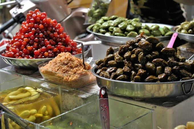 Khi tham quan bến Ninh Kiều, du khách có thể ghé qua khu chợ đêm để thưởng thức các đặc sản miền Tây sông nước. Nơi này bán đủ món cho thực khách thưởng thức buổi đêm như: hủ tiếu, bánh canh, bún riêu, cháo cá, nui, xôi... đến các món ăn vặt, nước uống như trái cây dầm, sâm dừa, chè các loại, bánh dân gian... với giá bình dân. Quầy hàng nơi đây được sắp xếp ngay ngắn, lối đi sạch sẽ được lòng du khách. Các loại trái cây quen thuộc ở miền Tây Nam Bộ được chế biến đang dạng, giá bán tùy theo nhu cầu thực khách từ 10.000 đồng/phần. Ảnh: Huỳnh Nhi