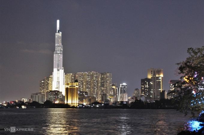 Từ 19h, tòa nhà Lankmard 81 đã lên đèn với đủ sắc màu chuyển đổi, thành phố bên kia sông lung linh trong bóng tối của màn đêm.