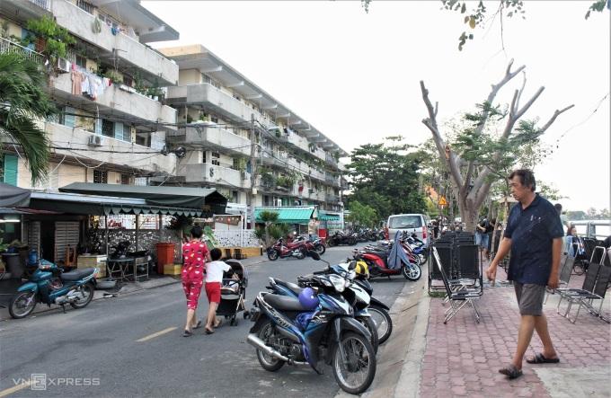Từ 2 năm nay, đoạn đường này xuất hiện nhiều hàng quán ăn uống, là điểm hẹn quen thuộc của nhiều bạn trẻ Sài Gòn.