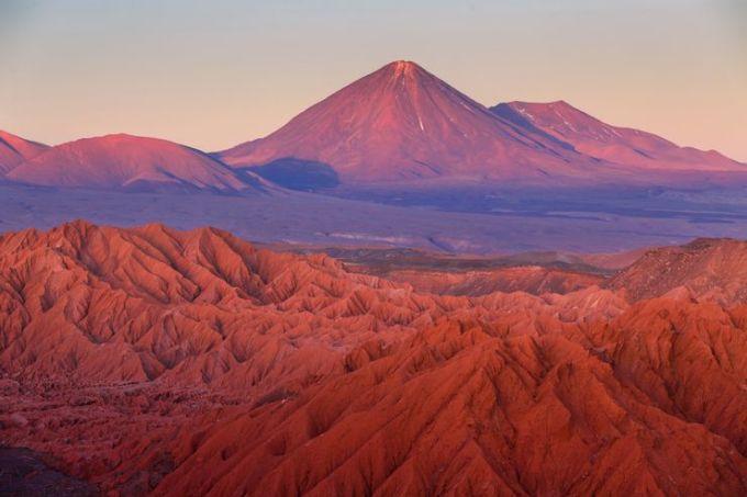 Sa mạc Atacama, ChileAtacama là nơi khô cằn nhất trên Trái đất nếu không tính 2 vùng cực. Nơi đây nhận ít hơn 1mm lượng mưa mỗi năm và một số khu vực đã không có mưa trong suốt 500 năm. Tuy nhiên, thực vật vẫn có cơ hội sinh trưởng tai nơi đây. Phía nam Atacama tồn tại một vùng sương mù, nơi có khoảng 230 loài thực vật phát triển. Vì có địa hình bề mặt giống mặt trăng, đây là nơi được sử dụng làm địa điểm thử nghiệm các nhiệm vụ trên mặt trăng. Độ cao trung bình của sa mạc này là 3.800 m, trong đó có những ngọn núi cao đến 6.000 m. Ảnh: Shutterstock