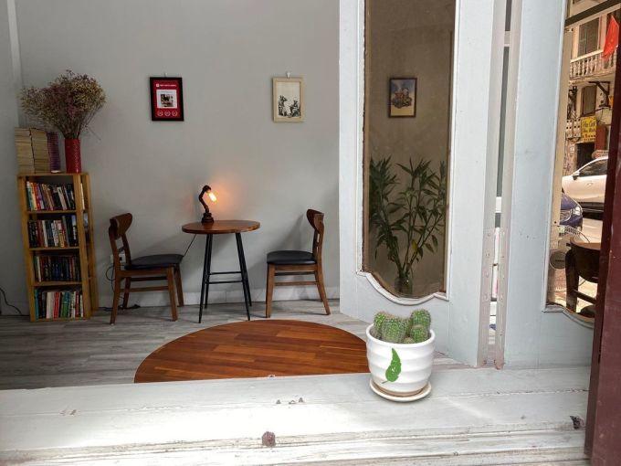 Không gian gồm một tầng khá hẹp, thiết kế quầy bar ở giữa, với các bàn gỗ nhỏ san sát nhau giúp thực khách quan sát chu trình cà phê được pha chế. Menu có trung bình từ 35.000 đến 50.000 đồng. Ngoài ra quán phục vụ thêm bánh ngọt tự làm, trà ô long, hoa quả... Thời gian mở cửa 7h30-19h30. Ảnh: Kafeville Coffee