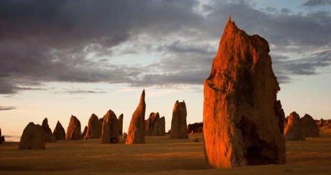 Sa mạc Pinnacles, AustraliaPinnacles nằm trong Vườn Quốc gia Namburg, thuận lợi để du khách dễ dàng ghé thăm. Tại đây, những thành đá vôi trong hình dạng ngọn tháp hướng lên không trung. Cấu trúc này được hình thành cách đây 25.000 - 30.000 năm trước, khi nước biển rút đi. Theo thời gian, gió thổi cát đi, để lộ những ngọn tháp đá có chiều cao tới 3,5 m. Ảnh: Shutterstock