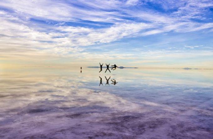 Sa mạc muối Salar De Uyuni, BoliviaSalar De Uyuni là một trong những sa mạc độc đáo nhất thế giới khi cảnh quan được tạo ra bởi muối. Nơi đây từng là hồ nước Minchin bao phủ toàn bộ phía tây nam Bolivia vào thời tiền sử. Theo thời gian, nước hồ dần cạn kiệt, để lại cánh đồng muối khổng lồ và hai hồ nhỏ. Sa mạc muối có địa hình bằng phẳng này trải dài hơn 10.500 km2 và nằm ở độ cao 3.650 m so với mực nước biển. Mặt trời giúp tăng thêm hiệu ứng kỳ ảo của nơi này. Vào những ngày trời quang đãng, sa mạc muối như một chiếc gương khổng lồ, phản chiếu mọi vật đứng trên nó. Ảnh: Shutterstock