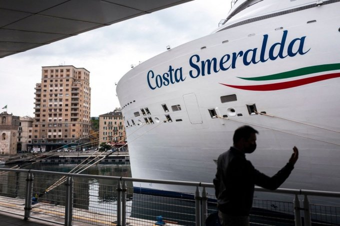 Tàu Costa Smeralda đang neo tại cảng ở Sanova. Ảnh: AFP
