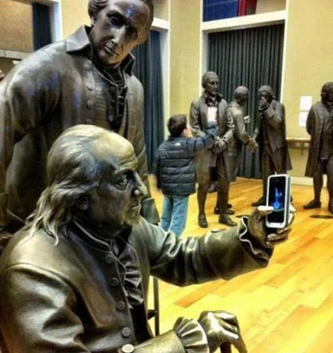 Hai bức tượng trong một buổi triển lãm ở Mỹ cũng biết sống ảo. Ảnh: Imgur